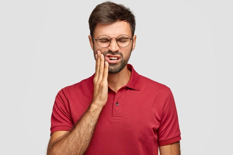 Luz Dental. Chico de 23 años de edad sufre de dolor por las muelas del juico